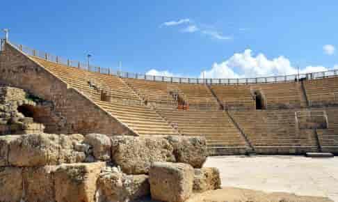 Vi ser det flotte amfiteater med plads til 5.000 mennesker