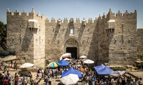 Vi ser den imponerende bymur i Jerusalem