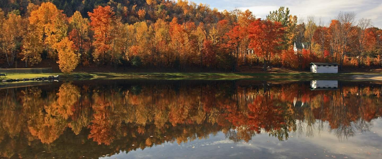 Efterårsfarver i landskabet, New England, USA