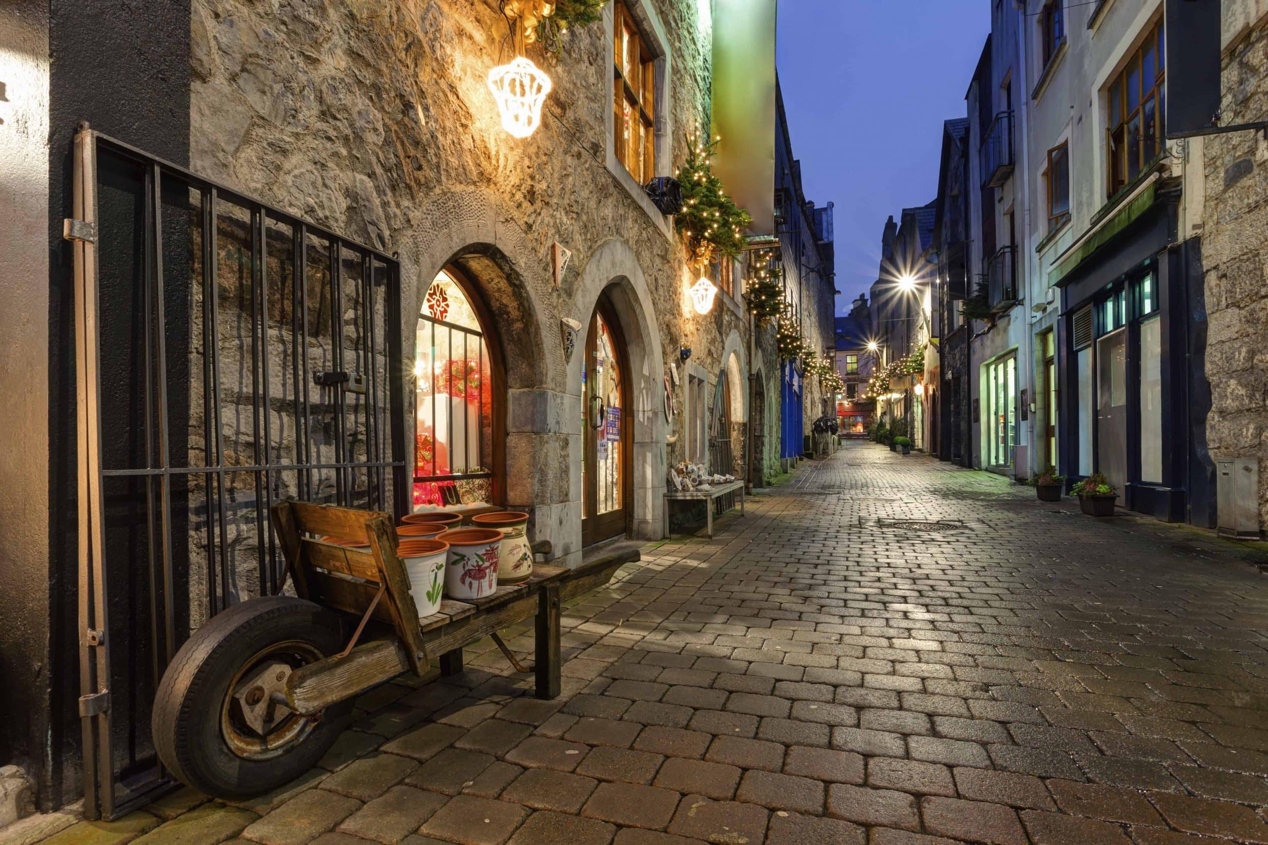 Oplev stemningen i den gamle bydel i Galway, når du rejser til Irland