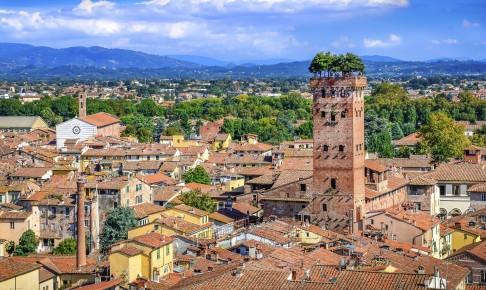 Middelalderperlen Lucca med den befæstede bymur