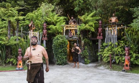 Maorier i Rotorua, hvor maorikulturen står stærkt - Risskov Rejser