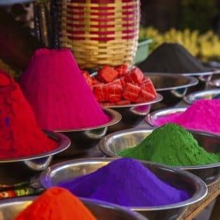 Farver til Holi-festivalen, en religiøs Hindu-festival.
