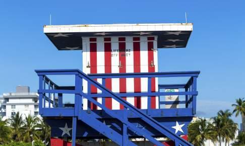 Lifeguard cabin on empty beach, Miami, Florida - Risskov Rejser