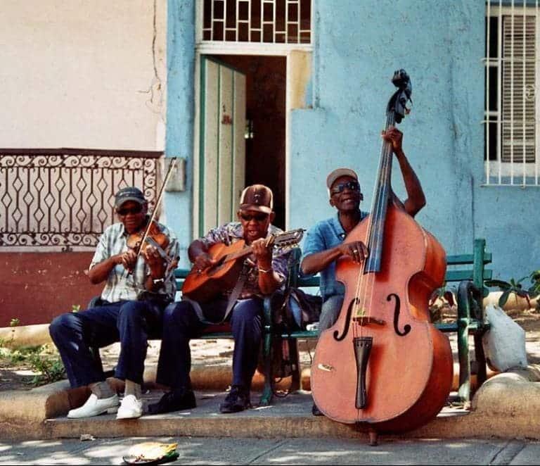 """Når man rejser til Cuba finder man hurtigt ud af hvorfor Cuba bliver kaldt """"musikken og livsglædes ø"""""""