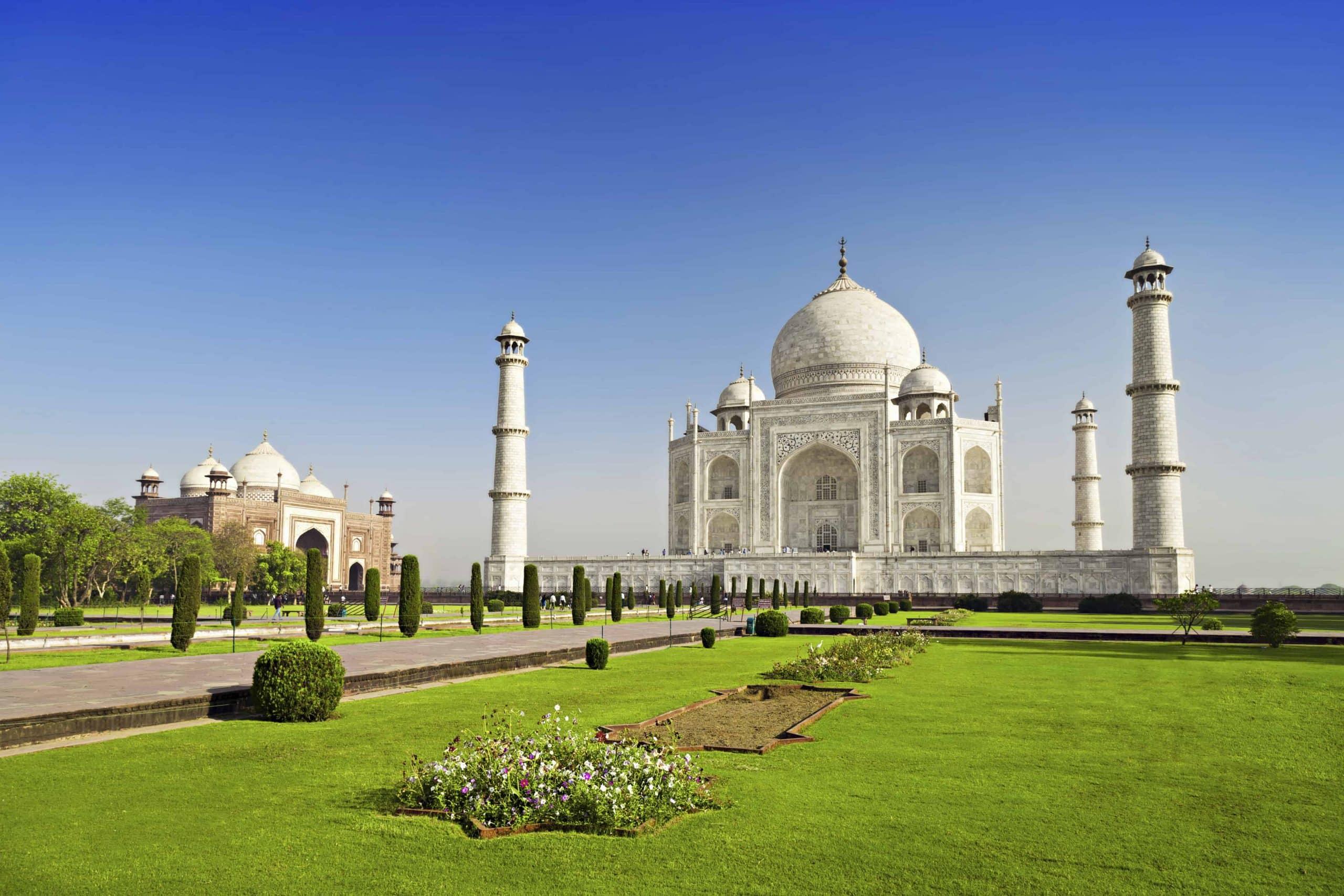 Taj Mahal i Agra øst for New Delhi er et must når man rejser til Indien