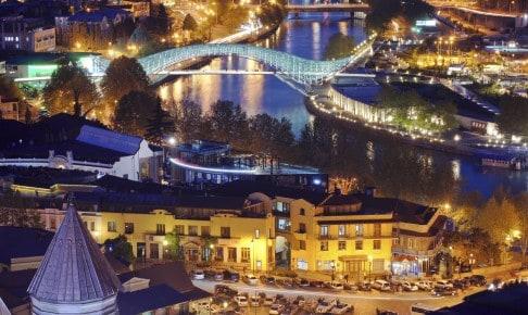 Georgiens hovedstad Tbilisi om aftenen - Risskov Rejser