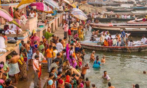 Varanasi med folkemængde, Indien - Risskov Rejser