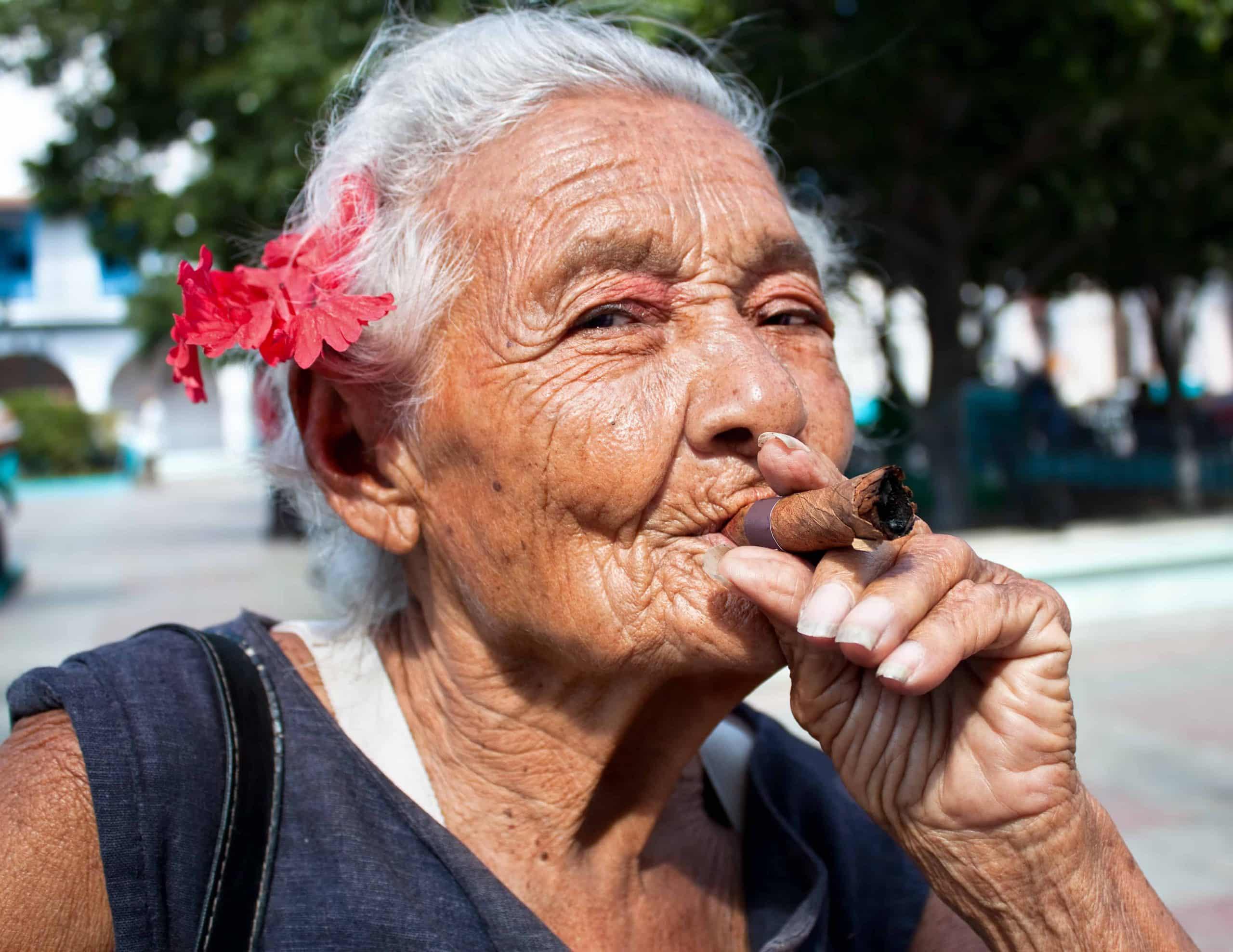 Cubansk kvinde med cigar