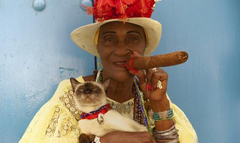 Cubansk kvinde med cubansk cigar - Risskov Rejser