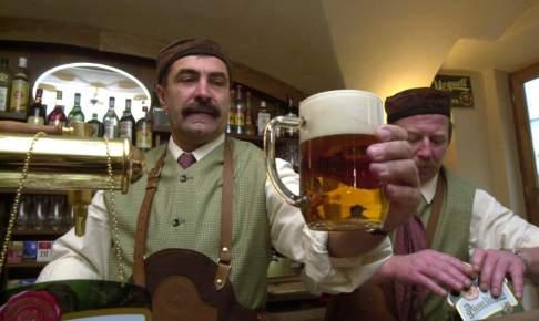 Bartender skænker øl - Risskov Rejser