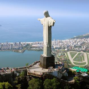 Kristus statue vogter fra toppen af Corcovado bjerget over Rio de Janeiros befolkning - Risskov Rejser