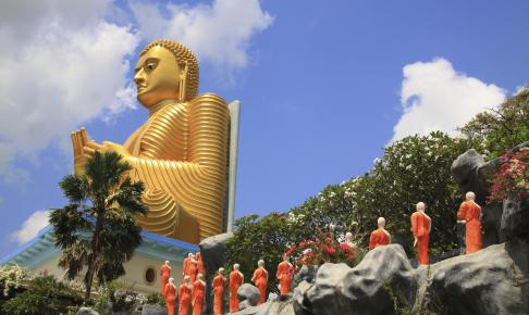 Den gyldne buddha statue ved huletemplet - Risskov Rejser