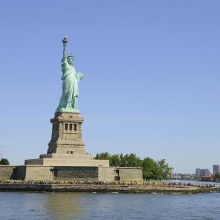 Frihedsgudinden med New York City i baggrunden