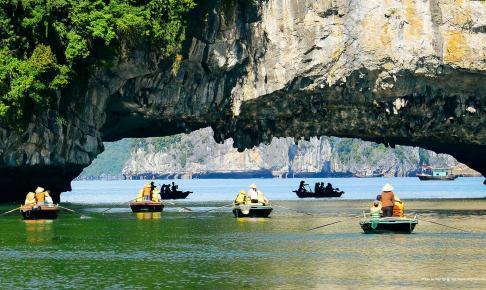 Med sampan rundt i Ha Long-bugten - Risskov Rejser