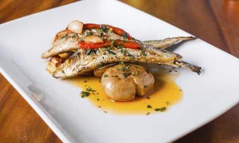 Grillede sardiner med rød peber og kartofler på en portugisisk restaurant - Risskov Rejser