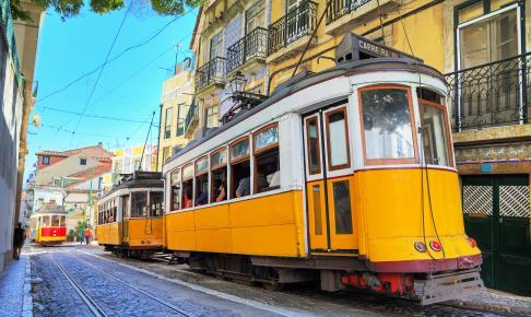 Traditionel gul sporvogn i Lissabon