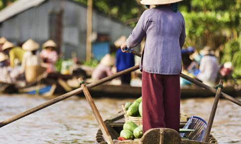 Kvinde på vej mod flydende marked i Mekong-deltaet - Risskov Rejser
