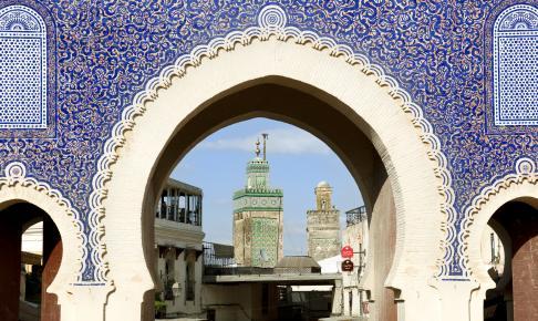 Indgangen til den livlige medina i Fes - Risskov Rejser