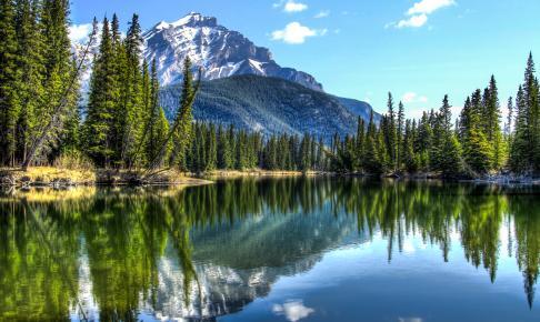 Cascade Mountain reflekteret i den spejlblanke Bow River - Risskov Rejser