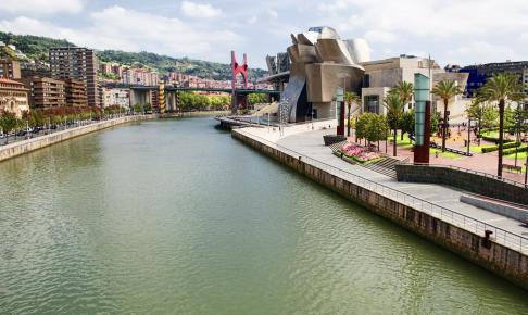 Udsigt over byen Bilbao med Guggenheim-museet i baggrunden - Risskov Rejser