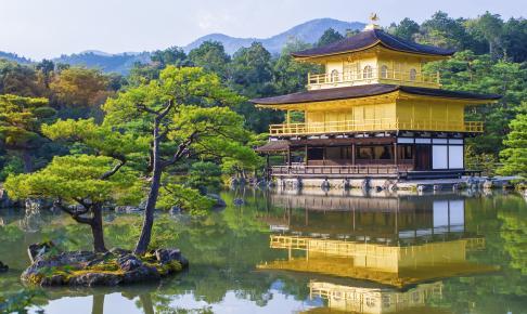 Den gyldne pavillon, som er en af Japans største turistattraktioner
