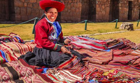 Kvinde der sælger farverige tekstiler i Den Hellige Dal - Risskov Rejser