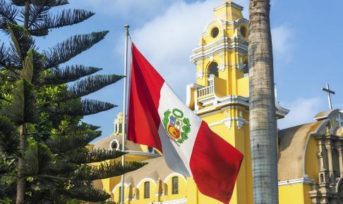 Limas regeringsbygning og Perus flag - Risskov Rejser