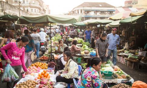 Oplev bylivet i Phnom Penh på en rundrejse med dansk rejseleder
