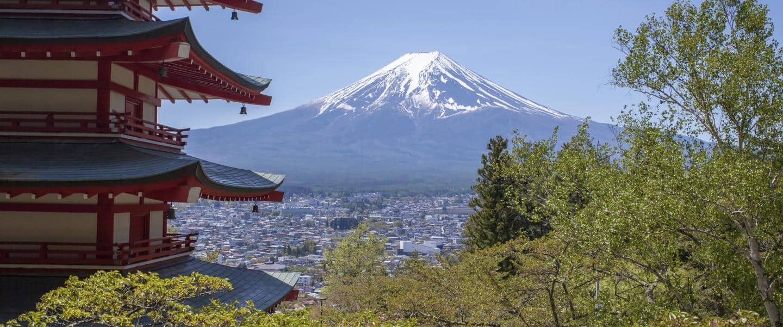 Japanese Chureito pagoda and Mountain Fuji in spring season - Risskov Rejser