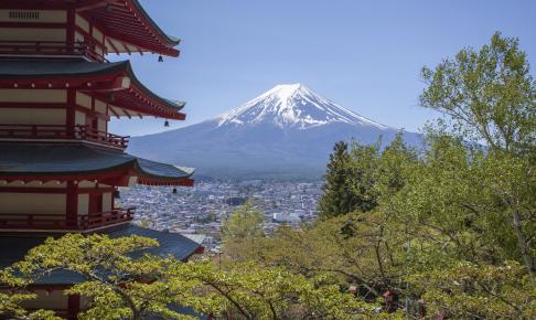 Japanese Chureito pagoda and Mountain Fuji in spring season - Risskov Rejser