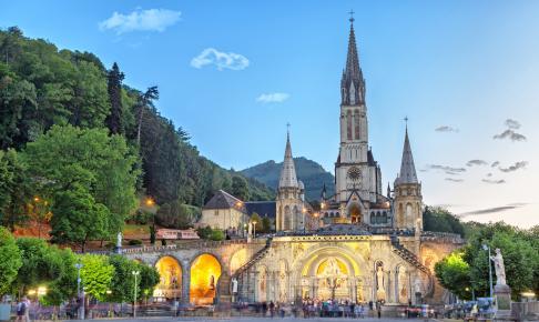 Den betagende Rosenkransbasilika om aftenen i Lourdes - Risskov Rejser