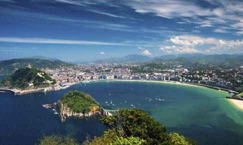 Udsigt over byen San Sebastián med de smukke strande - Risskov Rejser