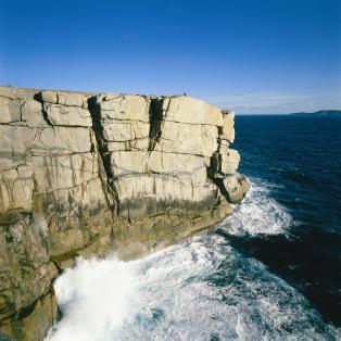 De dramatiske klippeformationer på kyststrækningen ved The Gap - Risskov Rejser