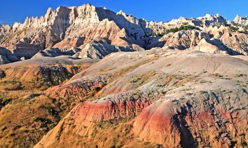 Klippeformationer i alskens rødlige farver i Badlands National Park - Risskov Rejser