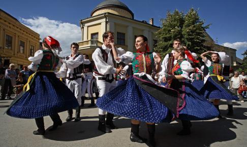Dansende folk i Serbien - Risskov Rejser