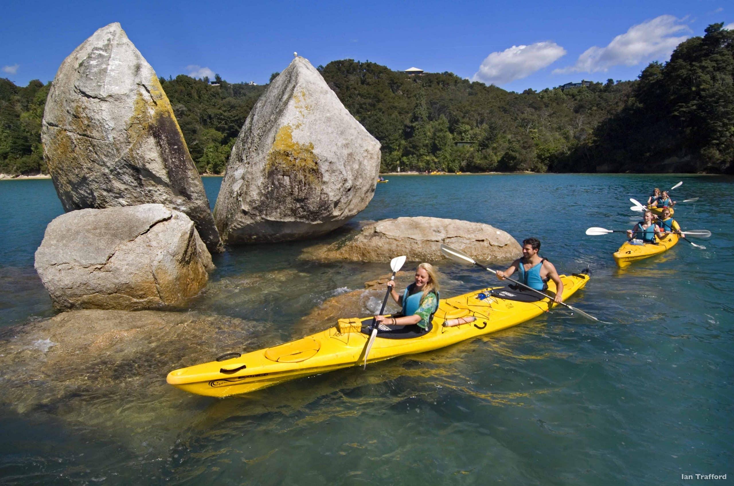 Tag på kajaktur, når du besøger Abel Tasman national park i New Zealand - Risskov Rejser