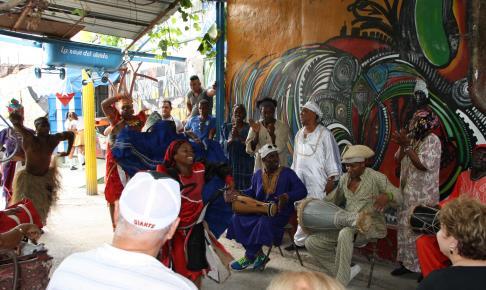 I Callejón de Hamel i Havana kan du opleve vægmalerier af den anerkendte kunstner Alvatore Gonzales