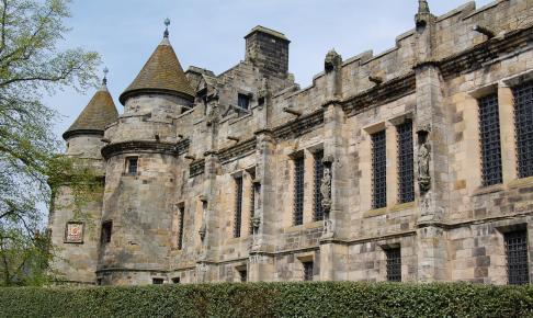 På rundrejsen i Skotland ser du Falkland Palace