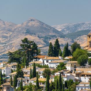 Granada med bjergkæden Sierra Nevada i baggrunden - Risskov Rejser