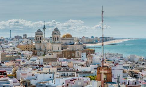 Smuk udsigt over kystbyen Cadiz, der ligger på en smal tange - Risskov Rejser
