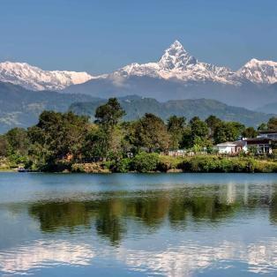Udsigt over vandet og med Annapurna klipperne i baggrunden - Risskov Rejser