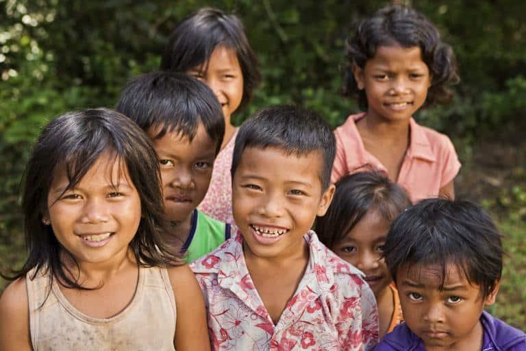 Glade børn byer velkommen til Cambodja