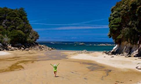 Gyldent sandstrand på Kaiteriteri Beach i Abel Tasman National Park - Risskov Rejser