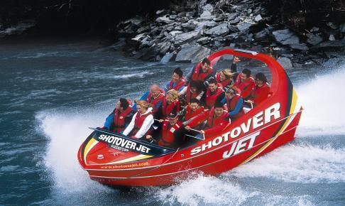 På Shotover River er der mulighed for at få et rigtigt adrenalinkick i en jetboat - Risskov Rejser