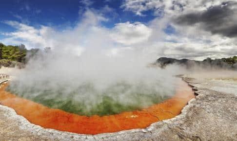 I Rotorua er der koncentreret termisk akitivitet. Her en dampende sø i skrappe farver - Risskov Rejser