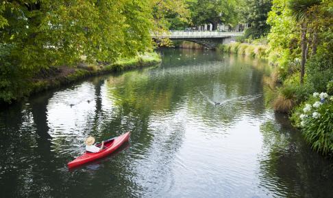 Kvinde i kajak på Avon-floden - Risskov Rejser