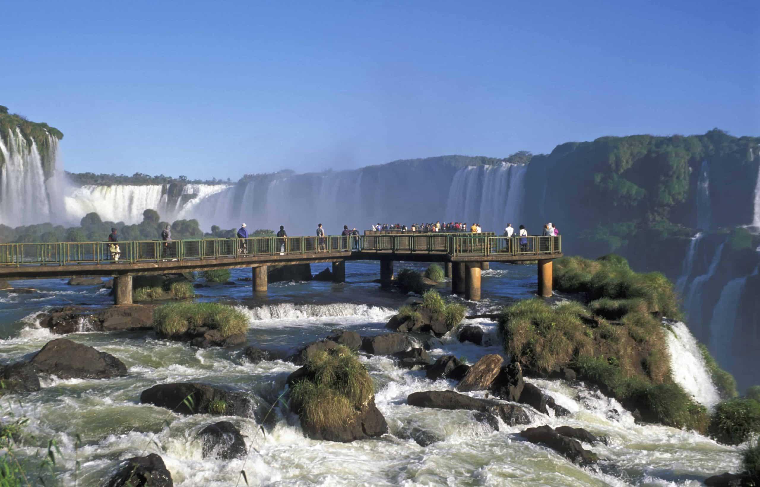 Gangbro ved det enorme Iguazú-vandfald - Brasilien - Risskov Rejser