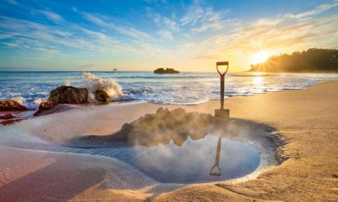 På Hot Water Beach kan du grave din egen termiske spa ved lavvande - Risskov Rejser