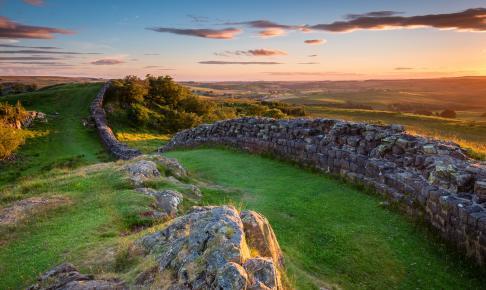 Hadrians Mur, som bugter sig tværs over England - Risskov Rejser